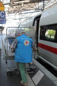 Mitarbeiter der Bahnhofsmission Erfurt im Einsatz am Erfurter Hauptbahnhof